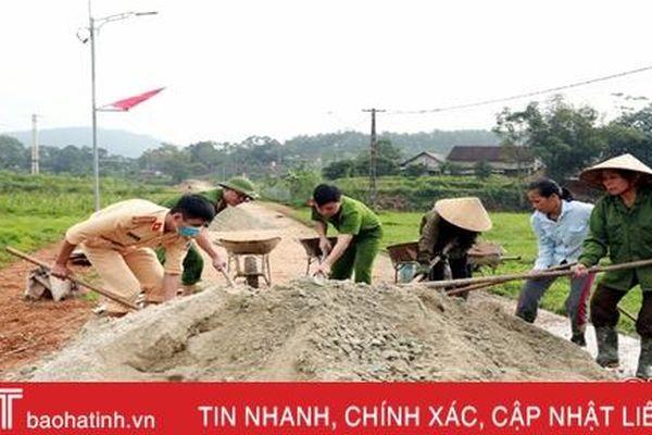 Công an Hương Sơn giúp dân xây dựng nông thôn mới