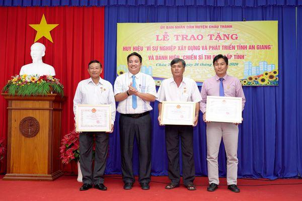 Châu Thành trao tặng huy hiệu 'Vì sự nghiệp xây dựng và phát triển tỉnh An Giang' và danh hiệu 'Chiến sĩ thi đua cấp tỉnh'