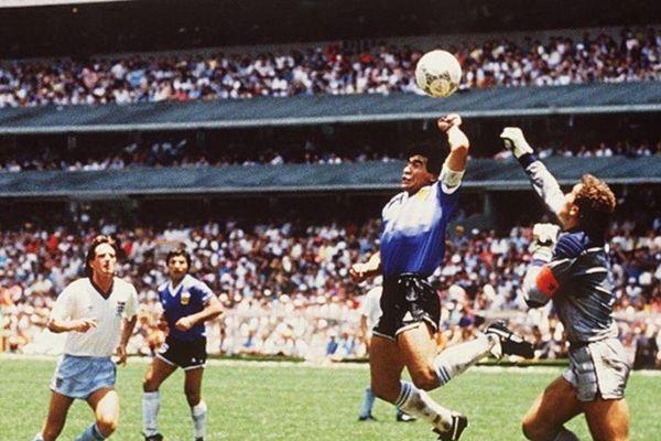 Xem lại bàn thắng gây tranh cãi nhất lịch sử của Maradona