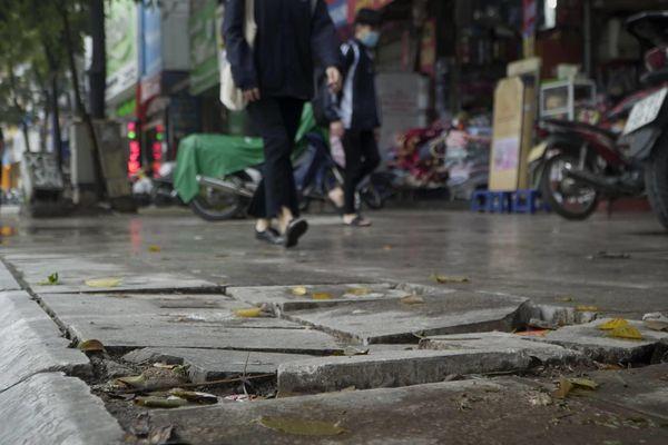Lãnh đạo quận ở Hà Nội: Đá lát độ bền 70 năm bị vỡ do xe cộ leo lên vỉa hè