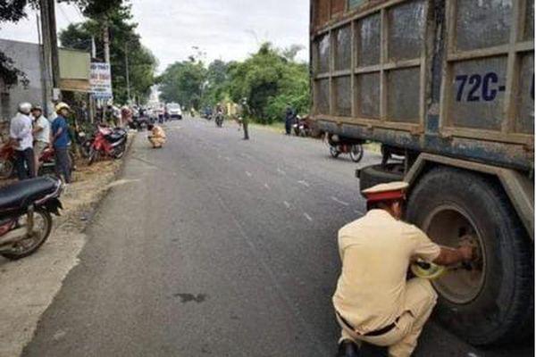 Va chạm với xe tải, 2 nữ sinh lớp 10 tử vong trên đường đến trường