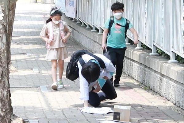 Học sinh tiểu học Hàn Quốc làm gì khi thấy người lạ ngã trên đường?