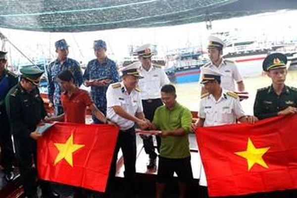 Lữ đoàn 682 tổ chức nhiều hoạt động giúp ngư dân vươn khơi bám biển