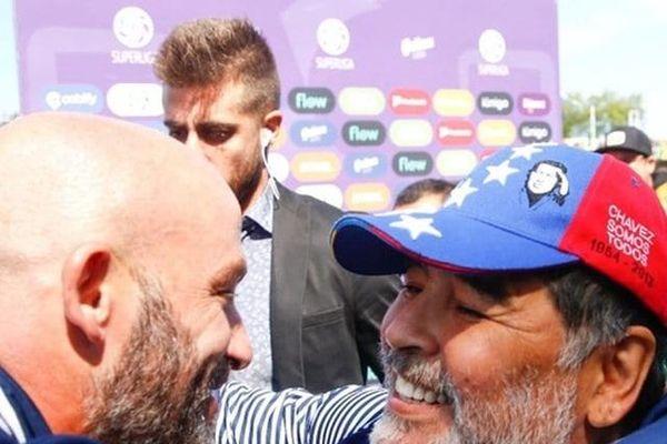 'Chủ tướng' Maradona qua đời, 'phó tướng' xin từ chức