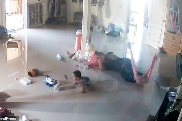 Thót tim cảnh mẹ cứu con trai 1 tuổi khỏi bị rết khổng lồ cắn trong gang tấc