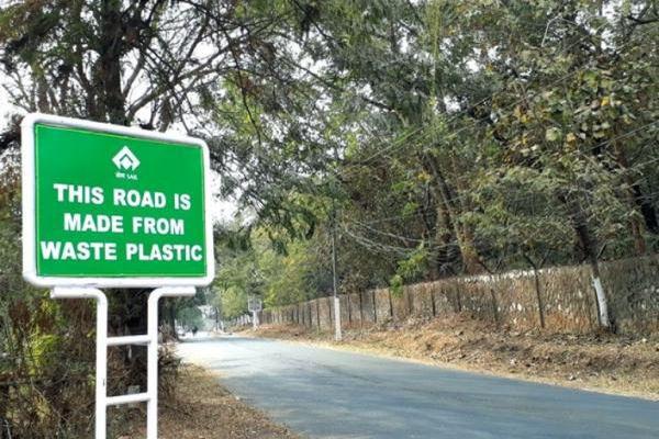 Sri Lanka: Rải thảm đường cao tốc bằng... rác thải nhựa tái chế