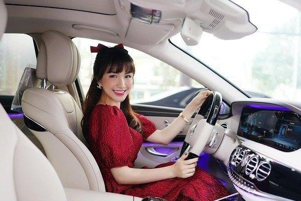 Bóc giá xế hộp Hòa Minzy tự mua, không cần xin tiền chồng đại gia