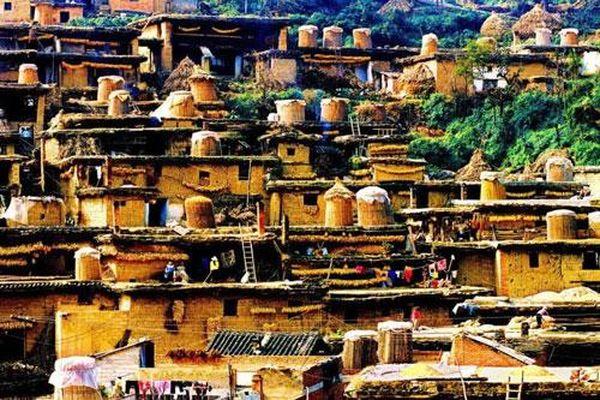 Độc đáo làng cổ có trăm ngôi nhà chồng lên nhau