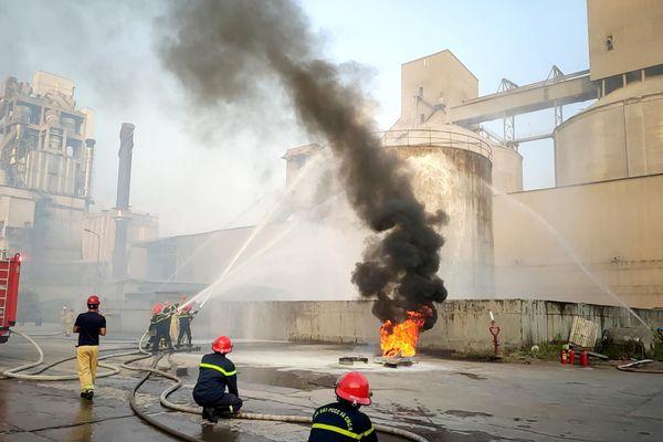 Thực tập phương án chữa cháy nhiều lực lượng tại Vicem Hạ Long
