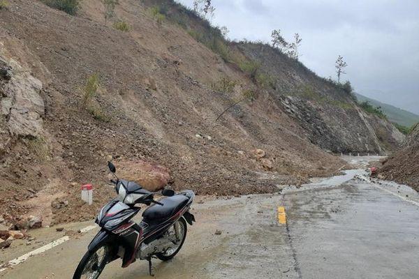 Sạt lở núi gây ách tắc giao thông về xã vùng cao Phú Yên