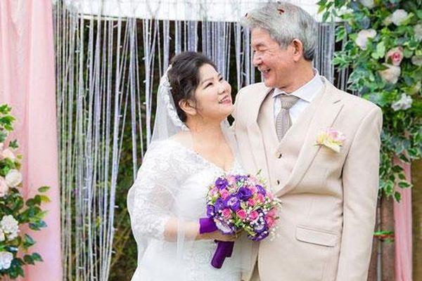 37 năm viên mãn của NSND Thanh Hoa với chồng kém 6 tuổi