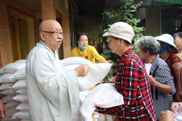 Chùa Pháp Hoa trao 100 phần quà cho bà con nghèo phường Đông Xuyên