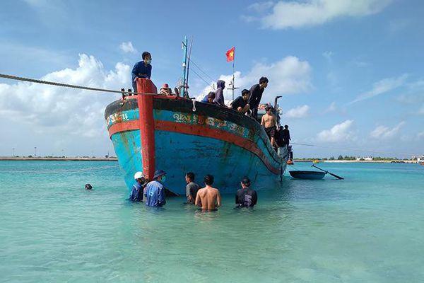 Khắc phục sự cố cho 2 tàu cá Quảng Ngãi