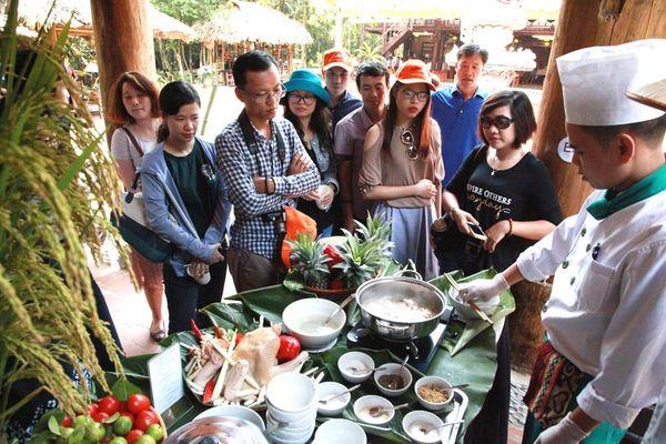 Canh gà nấu rượu bâu của người Dao ở Yên Tử