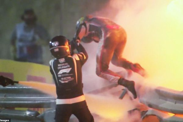 Xe đua F1 nổ tung trên đường đua, Grosjean thoát chết thần kỳ