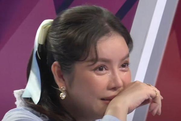 Lý Nhã Kỳ khóc sau khi ôm cầu thủ bóng rổ Việt kiều