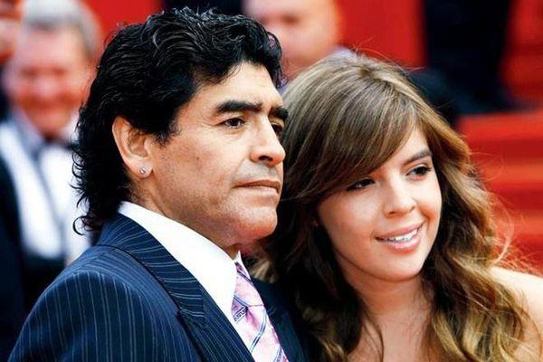 Con gái Maradona bật khóc trên khán đài