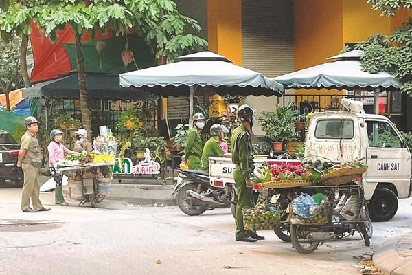 Xử lý chợ 'cóc' trên phố Dương Khuê