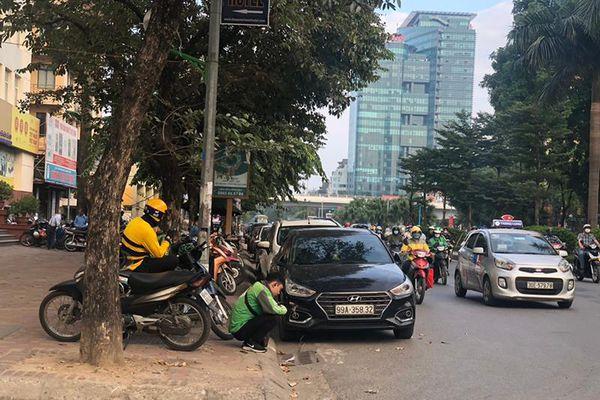 Hà Nội: Tuyến đường Hoàng Quốc Việt 'biến' thành bãi xe di dộng