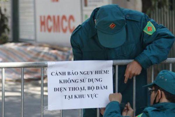 UBND phường Trúc Bạch cảnh báo người dân không sử dụng điện thoại trong phạm vi 200m từ quả bom