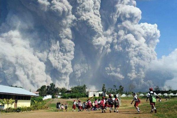 Núi lửa phun trào ở miền Đông Indonesia, hàng nghìn người phải sơ tán
