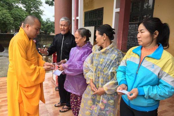 Nghệ An : Tặng quà vùng lũ, gia đình khó khăn và trường học