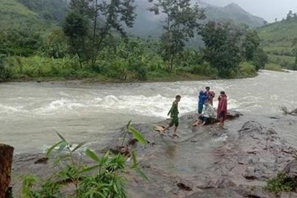 Một nhóm du khách mắc kẹt ở núi Tà Giang do mưa lũ