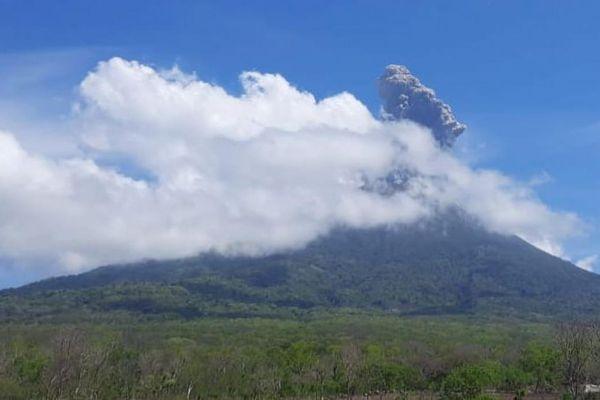 Núi lửa Indonesia phun trào cột tro 4 km, chính quyền sơ tán người dân