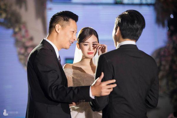 Tường San khóc trong lễ cưới