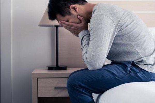 Nhận cú điện thoại của nhân viên khách sạn, tôi phừng phừng lửa giận, đến nơi thấy bố mình đang co rúm mà xấu hổ