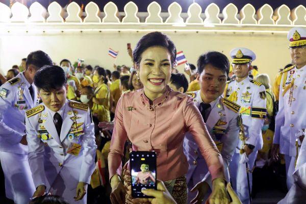Hoàng quý phi trở lại, hoàng cung Thái Lan thêm sóng gió