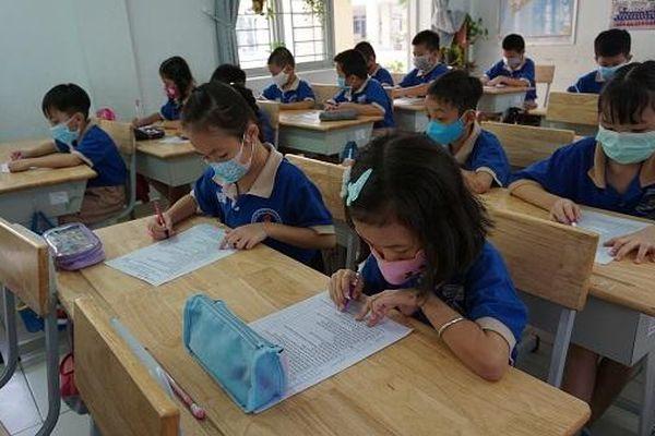 Sinh viên, học sinh nhiều trường tại TP Hồ Chí Minh phải nghỉ học vì liên quan đến các bệnh nhân COVID-19 mới