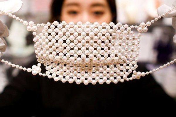 Cận cảnh khẩu trang đính kim cương và ngọc trai có giá hơn 10.000 USD