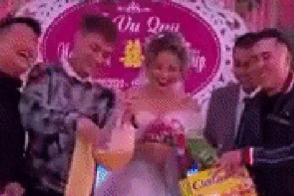 Clip cô dâu cười ngặt nghẽo trên sân khấu khi nhận quà cưới từ anh trai, dân mạng hài hước: 'Ban đầu tưởng máy rửa bát cơ chứ'