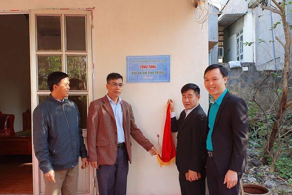 Bàn giao nhà 'Mái ấm tình thương' cho hộ nghèo xã Sông Khoai