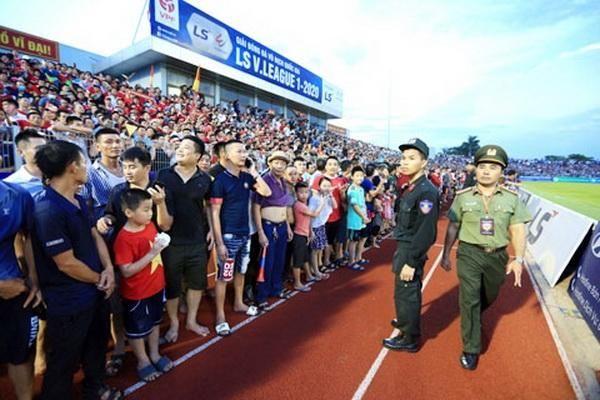 Bóng đá Việt Nam vượt qua đại dịch COVID-19: Sục sôi nơi khán đài