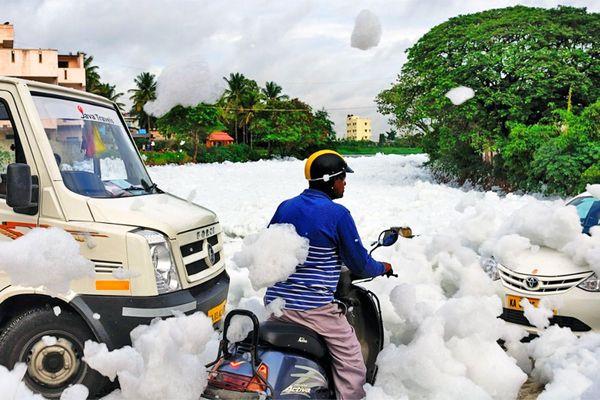 Bọt độc hại tràn ra đường phố Ấn Độ