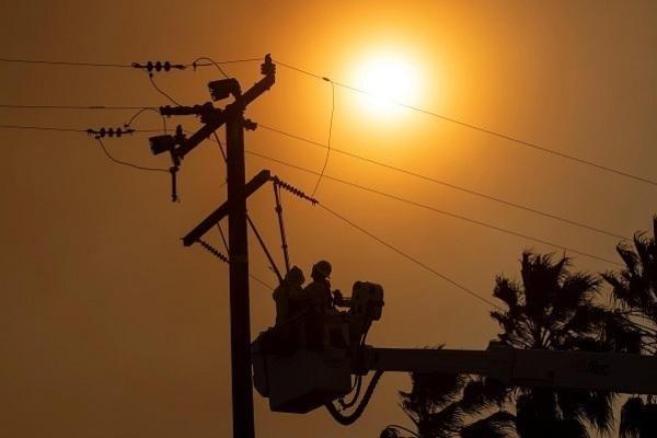 Cháy rừng bùng phát ở California khiến hàng nghìn ngôi nhà mất điện