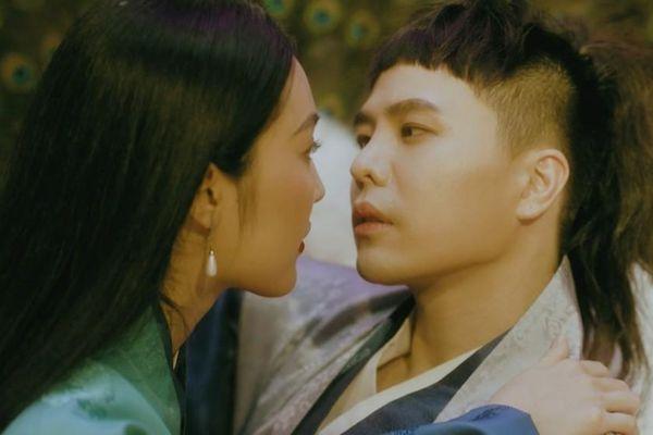 Trịnh Thăng Bình tình cảm bên 'nàng Kiều' Helly Tống trong MV 'Bức Bình Phong'