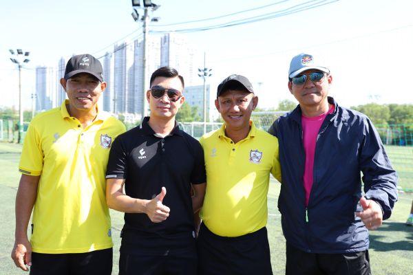 Thầy trò Vũ Tiến Thành chơi bóng với Trung tâm bóng đá K&T