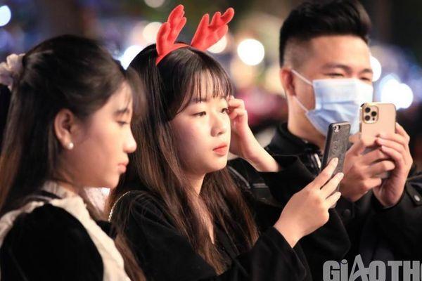 Giới trẻ Hà Nội đổ lên phố Hàng Mã đi chơi Noel sớm