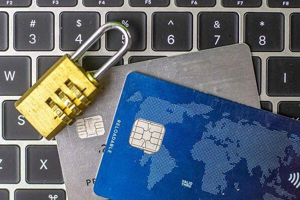 Dữ liệu cá nhân trực tuyến đã tạo điều kiện cho hoạt động đánh cắp thông tin cá nhân như thế nào?