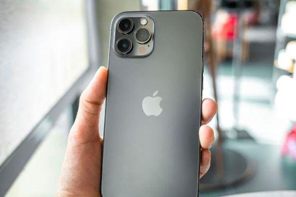 Vì sao iPhone 12 chính hãng rẻ hơn hàng xách tay?