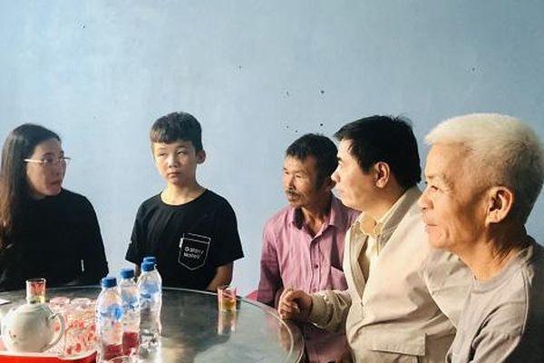 Bí thư Tỉnh ủy Quảng Ngãi thăm cháu bé bị bạo hành ở Bắc Ninh