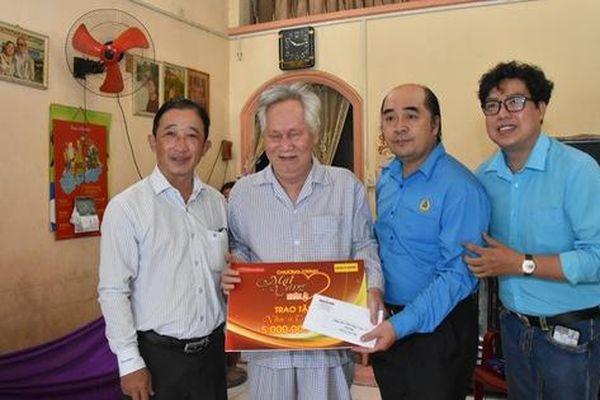 'Mai Vàng nhân ái' thăm hai nhạc sĩ Duy Khanh và Văn Dần