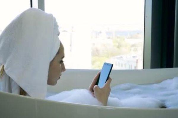 Vừa tắm vừa dùng iPhone đang cắm sạc, cô gái chịu hậu quả nặng nề đáng tiếc