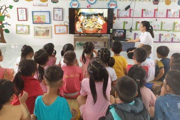 Bạn đọc Báo Giao thông tặng quà trường mầm non thiệt hại do lũ lụt tại Huế