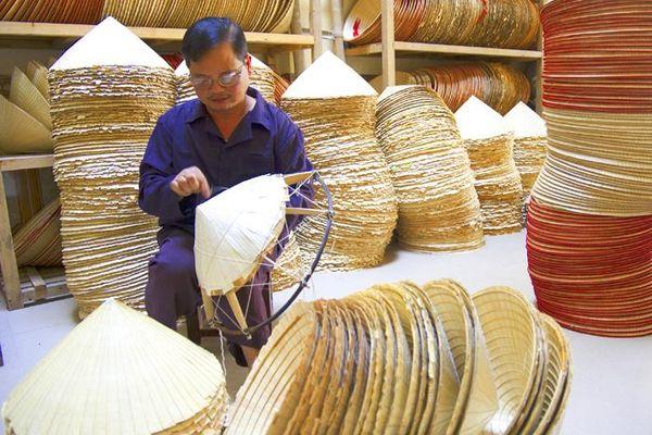 Nghệ nhân nón lá làng Chuông