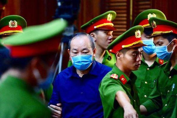 Hình ảnh ông Đinh La Thăng đeo kính đen cùng 18 bị cáo ra tòa ở TP HCM