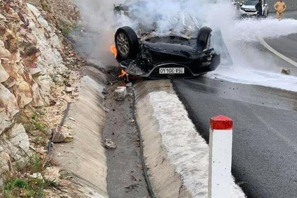 Ôtô tông vào vách núi bốc cháy dữ dội